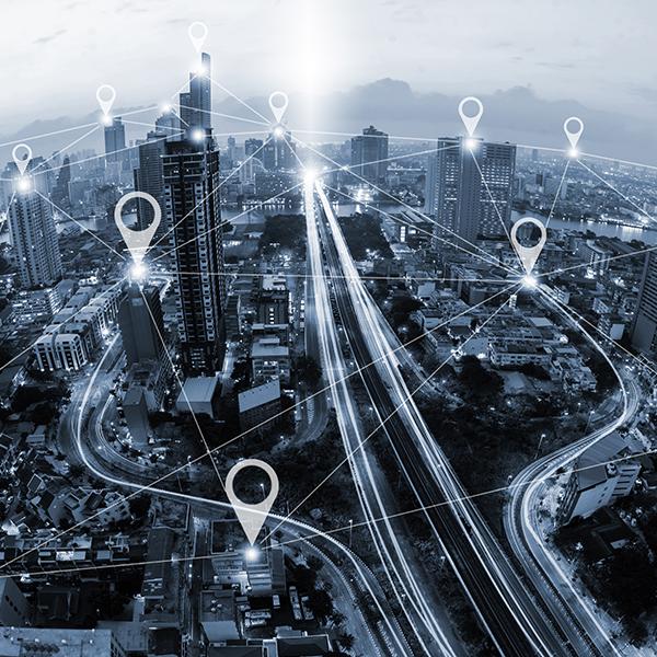 Città vista dall'alto, collegata da linee e pin